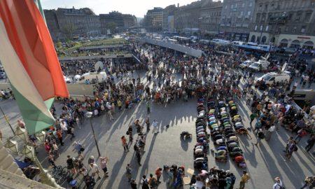 Budapest, 2015. szeptember 2. Illegális bevándorlók egy csoportja imádkozik a Keleti pályaudvar elõtt 2015. szeptember 2-án. MTI Fotó: Máthé Zoltán