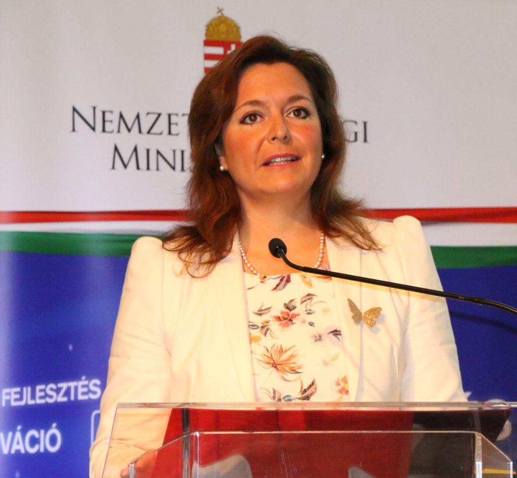 z a kormány együttműködik a magyar piaci szereplőkkel, ez a kormány odafigyel a szavukra, ez a kormány partnerként tekint rájuk, és minden rendelkezésre álló eszközzel támogatja őket